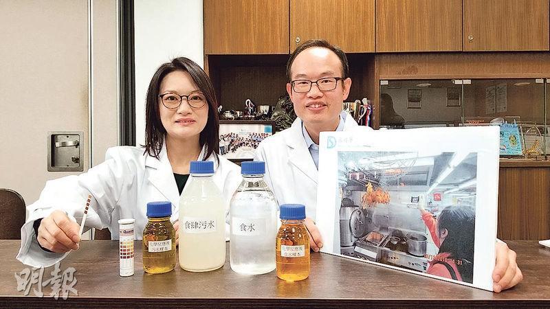 渠務署二級工程化驗室技術員林巧雯(左)及姚德邦(右)說,因工作需不時到訪食肆廠房等,處理污水附加費覆核個案,二人說「能跳出實驗室」感到有趣。(高卓怡攝)