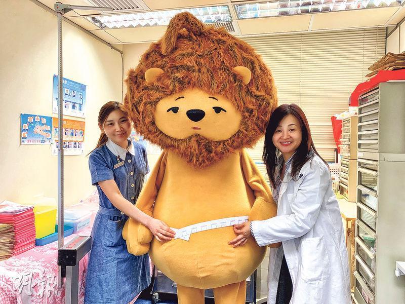 匿獅Lion(中)成日鍾意瞓、hea同食,已經係一級肥胖,衛生防護中心醫生李嘉瑩(右)話希望匿獅Lion可做反面教材,鼓勵市民郁一郁。(許芳文攝)