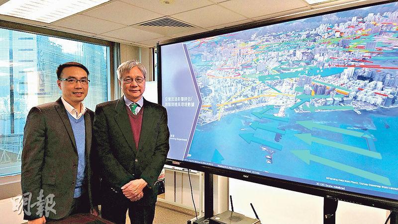 規劃署資訊系統及土地供應組總城市規劃師廖錦明(右)說,過去兩年高空拍攝超過34萬張相片,製成3D實景模型,並建基於該模型開發出背後的一站式系統,稍後將透過開放數據讓公眾免費下載3D實景模型。高級城市規劃師曾永強(左)稱,系統能加快署方人員設計時搜尋資料的進度。(岑詠欣攝)
