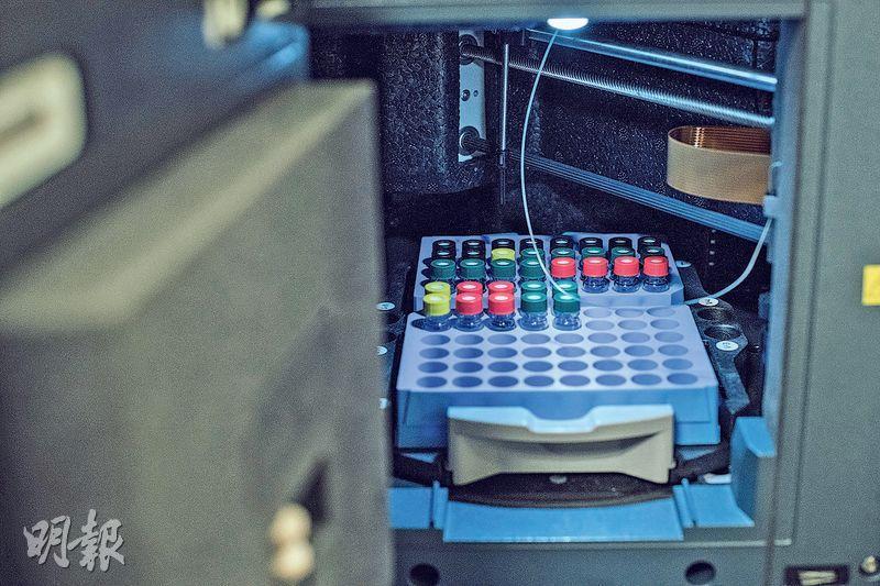 檢測提取液——高效液相色譜法,從中藥提取液中檢測並量化各個成分的比例。(馮凱健攝)