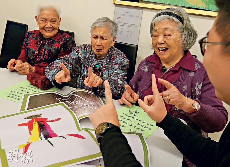 70歲的嚴雪玲(右)近年參加房協「樂得耆所」居家安老計劃,現時更擔當義工,帶領馬敏慧(左)等其他長者一起做運動。(李紹昌攝)