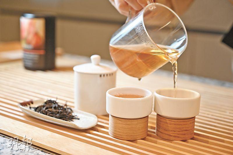 蜜蘭香烏崠單叢﹕茶藝師余文心示範手冲蜜蘭香烏崠單叢茶,注水後焗半分鐘方可出湯。倒出琥珀色澤的茶湯時,茶香亦飄散於空氣之中。($78)(黃志東攝)