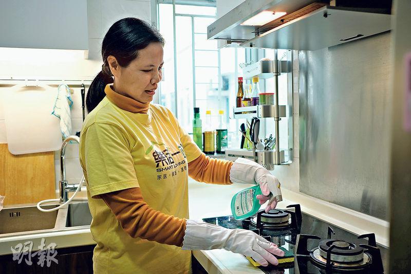 王雪梅任職家務助理11年,她說大掃除並不簡單,遇過有爐頭積有厚厚的油漬,要花技巧清潔。(蘇智鑫攝)