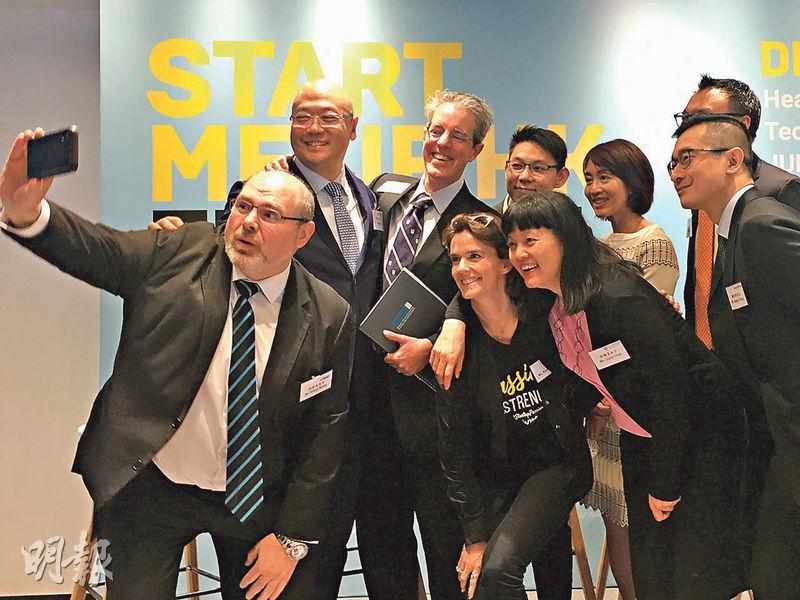 投資推廣署助理署長吳國才(後排左一)與合辦「2019 StartmeupHK創業節」8個機構的部分代表合照;8機構包括南豐作坊、阿里巴巴香港創業者基金、畢馬威會計師事務所等。各機構會舉辦不同主題活動,包括健康科技、生活及零售科技、智慧城市、人工智能及教育、金融服務,以及初創公司和企業合作等。(林穎茵攝)