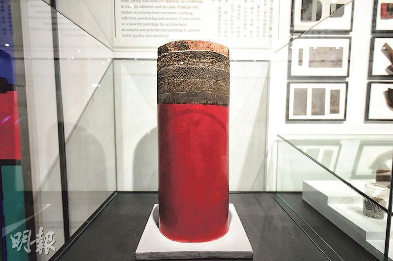 紫禁城內朱漆柱隨處可見,原來有不少學問。為防腐蝕,工匠會在柱身塗抹逾10種天然材料,包括豬血、白麵粉等,最後塗上紅色油漆,令木柱更耐用,這種工藝稱為「地杖」。是次展出的柱(圖)顯示了內裏的層層防護。(賴俊傑攝)