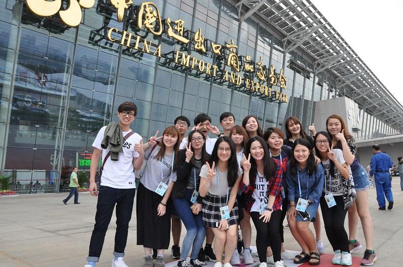 透過不同的參觀和交流活動,有助擴闊課程學員的視野及了解內地展覽策劃業的發展。圖為學員前往廣州參觀中國進出口商品交易會。