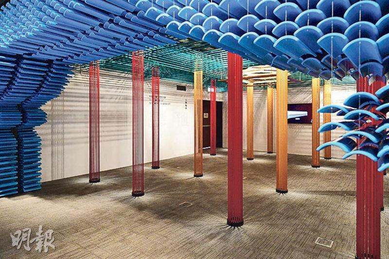 太和殿是紫禁城內最宏偉的建築物,是次展覽利用層層交疊的藍色竹製瓦片,將殿頂的輪廓呈現觀眾眼前。(賴俊傑攝)