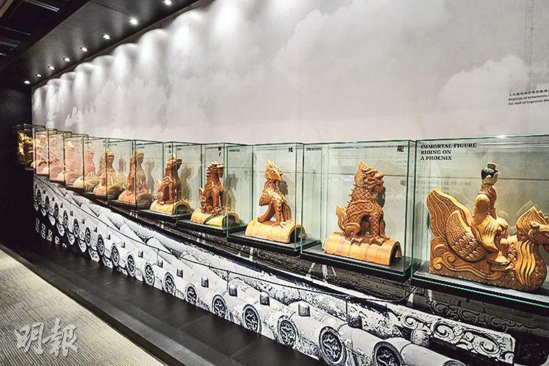 紫禁城的宮殿頂以瓦片鋪成,為免瓦片之間滲漏雨水,工匠會加設脊獸及垂獸裝飾。在眾多宮殿中,太和殿垂脊上的走獸數目最多,有10隻,包括龍、鳳、獅子、海馬、天馬等,公眾參觀展覽時可一睹這些走獸裝飾的複製品。(賴俊傑攝)