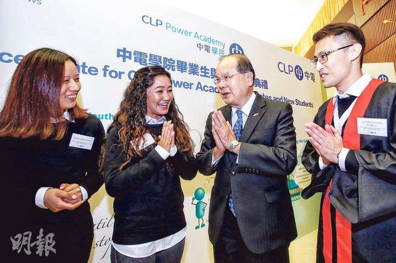 中電學院舉行首批畢業生誕生及歡迎新生典禮,其中兩名祖籍尼泊爾、仲讀緊課程嘅女學生Ajita(左二)同Surakchhya(左一),希望提升自己向上游的動力,兩人噚日仲教政務司長張建宗(右二)講尼泊爾話。(中電提供)