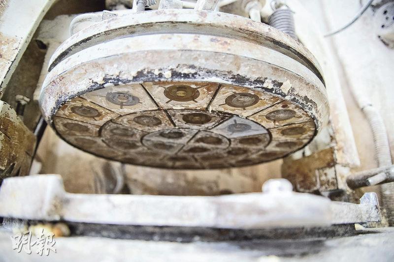 機器幫手——搓好麵糰,放在圓板上,就可用機器分成小麵糰。在沒有機器的年代,從混合材料、分麵糰到包餡料,就只可靠一雙手完成。(蘇智鑫攝)