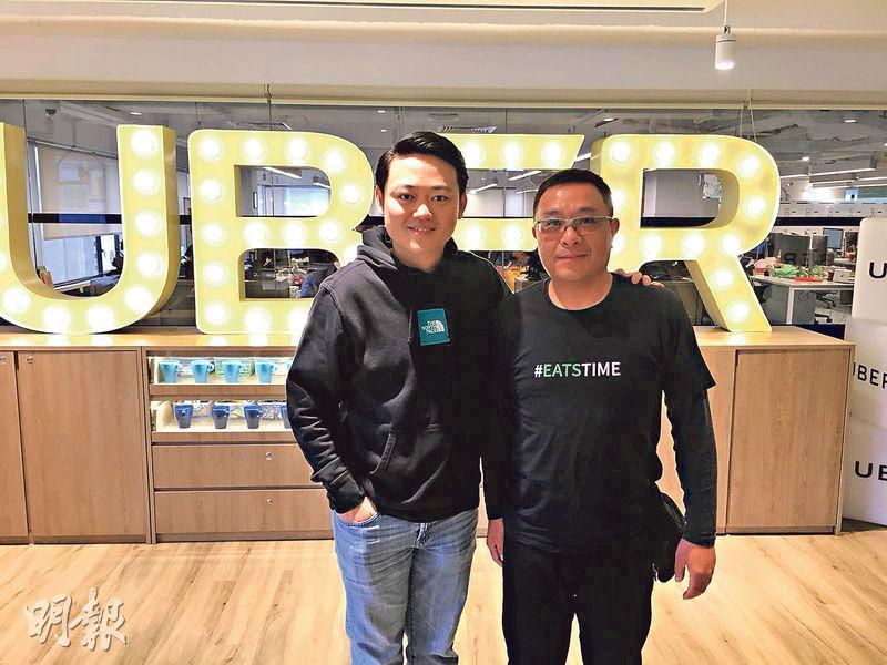 Uber Eats香港區總經理林灝哲(左)表示,目前平台共有3.5萬名配送人員,當中七成為電單車「騎兵」,另外三成為步行送餐的「步兵」。旁為Uber EATS配送車手Sammy,他剛完成逾萬次外賣速遞服務。(李哲毅攝)