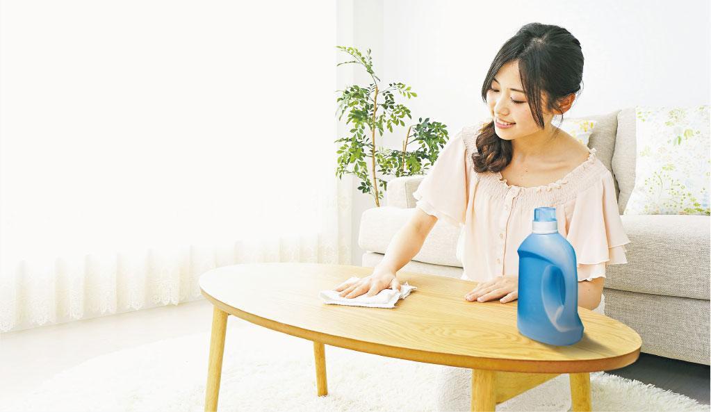 免吸附塵埃——除塵後把小量衣物柔順劑加入水中擦拭家具和地板,可防止表面的靜電吸附塵埃和毛髮。(chengyuzheng、maroke@iStockphoto/設計圖片)