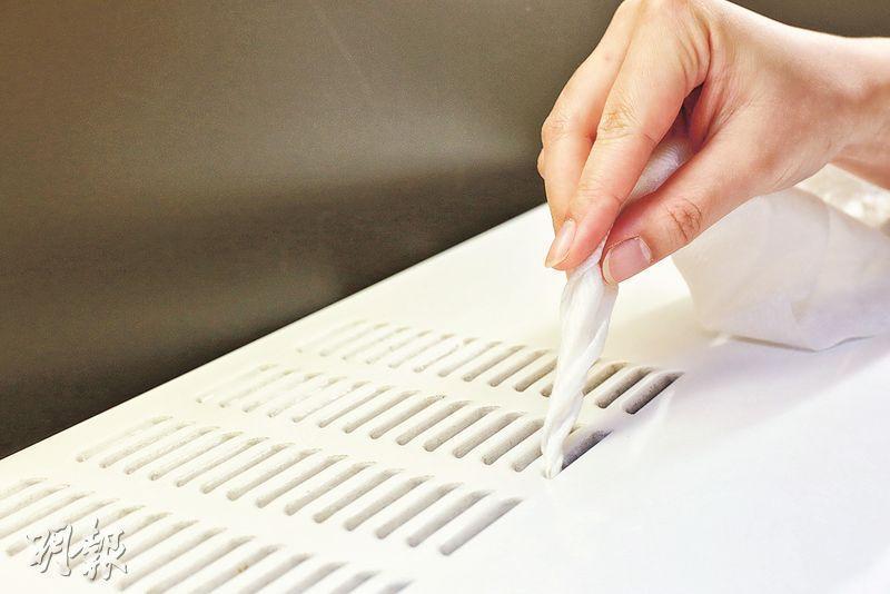 捲狀清理隙縫——把除塵紙捲成長條狀,方便清理電器的散熱槽及隙縫中的塵埃。(呂瑋宗攝)