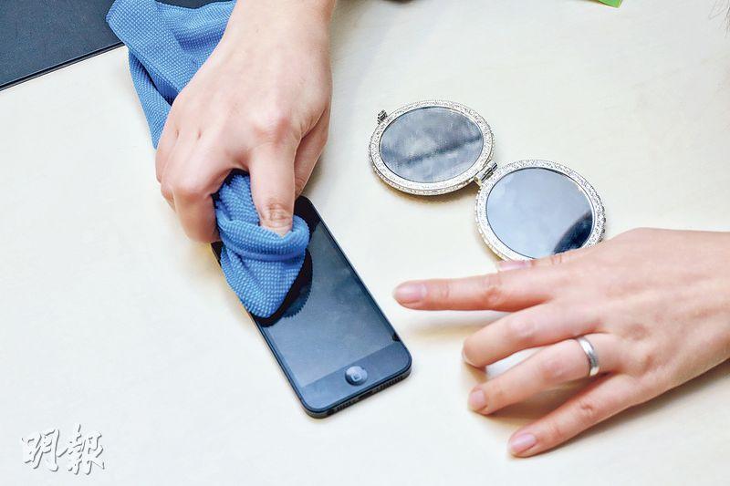 幼細免刮花芒——比一般毛巾幼細的纖維布,可避免刮花手機熒光幕。(呂瑋宗攝)