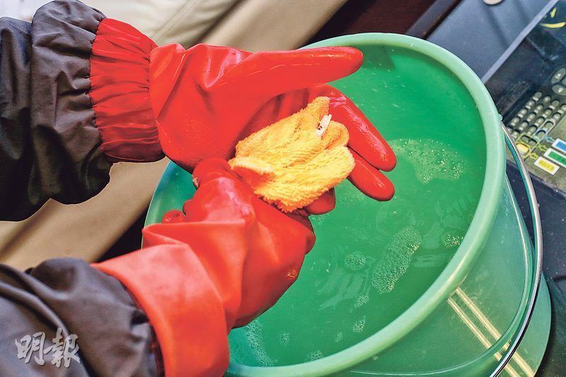 濕布盡量扭乾——濕布清潔前需盡量扭乾,擦拭期間需不斷換水,以免塵埃再黏到布上。(呂瑋宗攝)