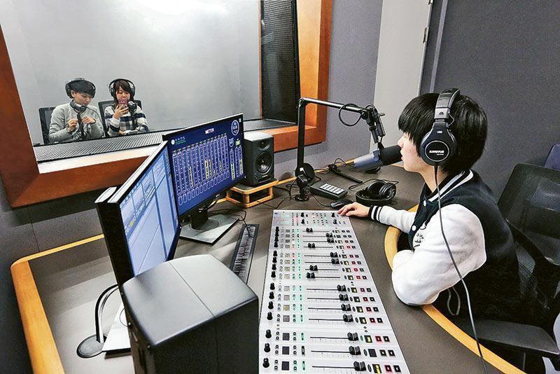 圖為具備跨媒體設備的音像製作控制室。