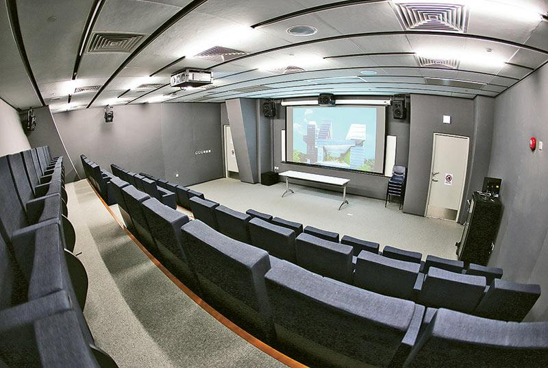 圖為具備跨媒體設備的播放室。