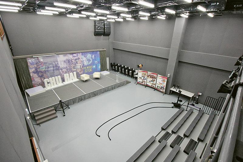 圖為具備跨媒體設備的劇院。