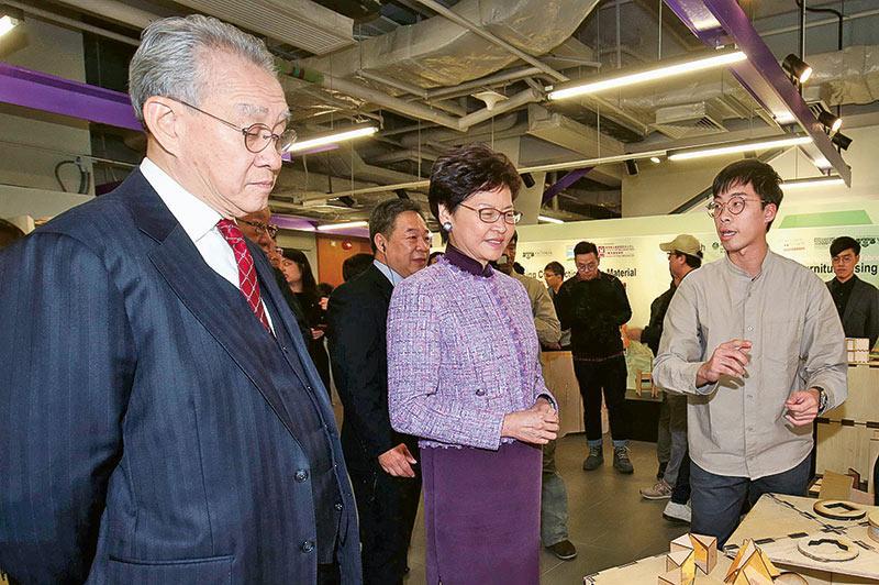 建築系同學向特首林鄭月娥女士及香港賽馬會主席周永健博士介紹建築系作品。