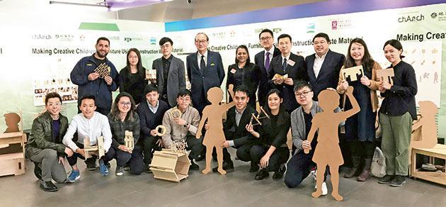 由保華建築贊助的國際建築工作坊,鼓勵同學利用工地的棄置物料設計及製作家具,惠及基層兒童。