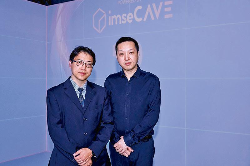 (左至右) 資訊科學系系主任盧葦麟教授及高級講師祁松鶴