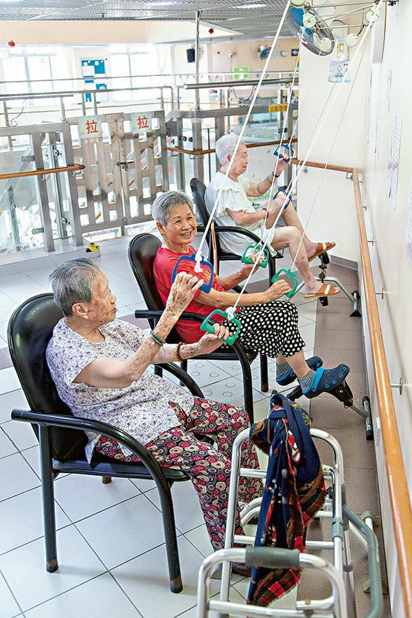 院舍內設有各式鍛鍊肢體活動的健身設備,院友正使用專為訓練上肢手臂肌肉的懸掛式拉環。