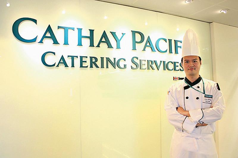 由見習廚師起步,屢獲晉升的成德政,現已成為航膳製作 研發部製作廚師主管,涉獵更多管理工作。