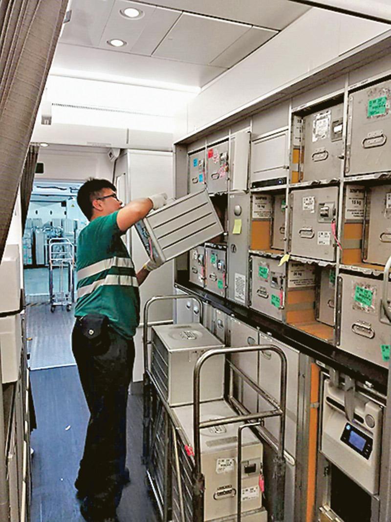 去年加入CPCS的陳冠中,現在 見習航務員崗位中一邊工作,一 邊學習,在運送餐車和物資過程 中,體會到航務工作必須與同事 緊密合作,分秒必爭。