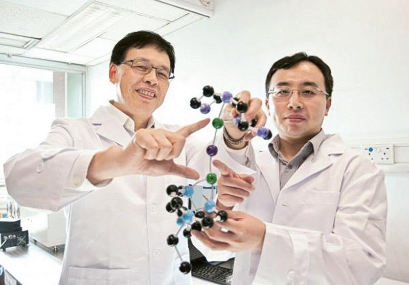 由浸大副校長(研究及拓展)及化學系講座教授黃偉國教授(左)和化學系系主任黃嘉良教授(右)等組成的研究團隊,成功發現分子間的「上轉換」現象,論文並刊登於《自然通訊》期刊。