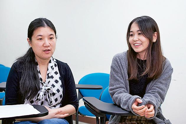 「英語教學文學碩士課程」學生Zhao Angel Siheng (左) 及Kira Momoyo (右)
