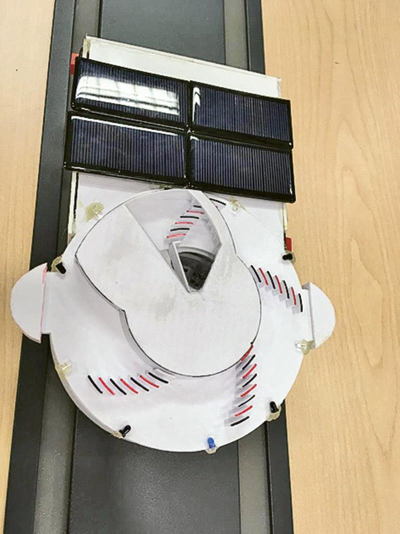 圖為學生的作品:蒼蠅捕捉儀器,它會釋放食物氣味出來吸引蒼蠅,當感應器感應到蒼蠅着陸後,便會立即轉動隨即把蒼蠅捲入儀器內。
