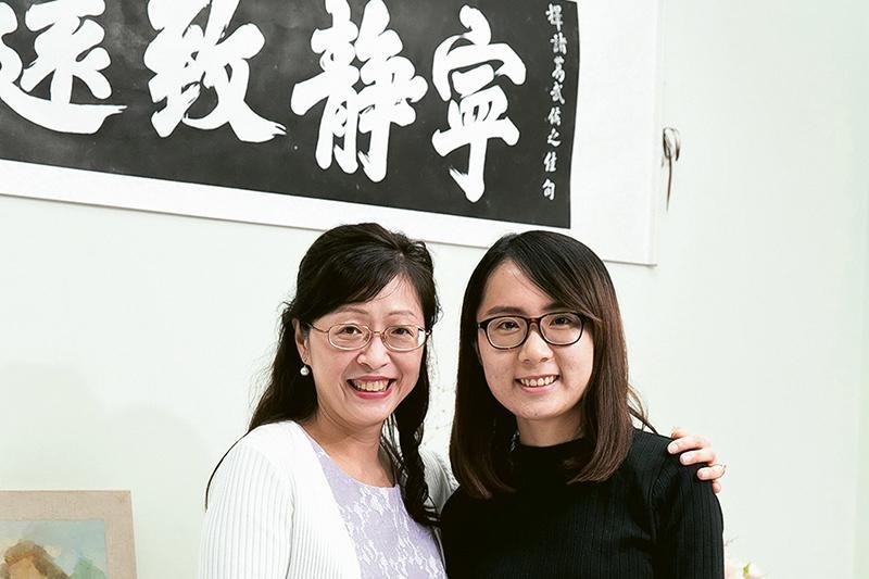 「社會科學碩士 (中國社會的變遷)」課程主任陳蒨教授 (左) 及畢業生關頌雯 (右) 。