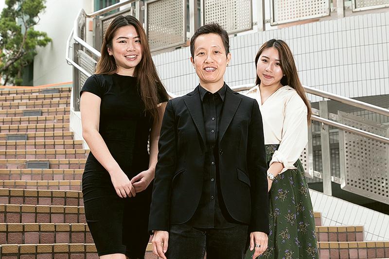 「跨學科文化研究文學碩士」課程主任陳潔詩博士 (中) 、學生林穎琪 (左) 及梁杏林 (右) 。