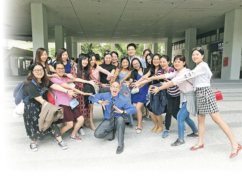 浸大文學院各學系會安排學生參加不同的實地考察,如「文學與比較研究」及「語言研究」兩個文學碩士課程的學生,去年暑假到新加坡國立大學參觀交流!