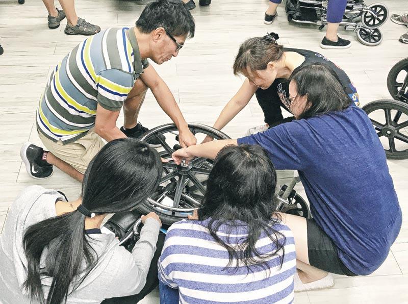 輔助工具、器材的清潔、檢查和維修等都是職業治療助理的工作之一。圖為學員正在檢查及維修輪椅。