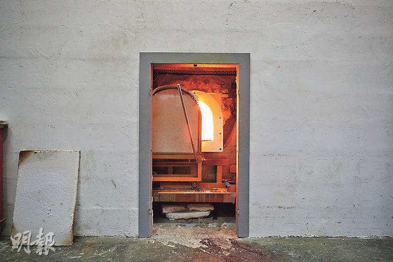 自製熔爐——這個玻璃熔爐是黃國忠設計的第三代,爐的溫度達到1200℃。(曾憲宗攝)