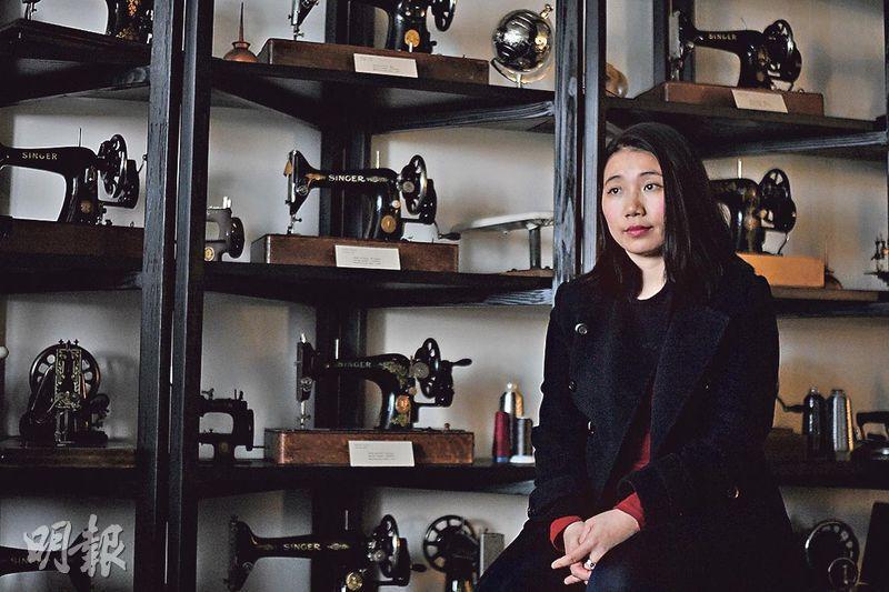 光大祖業——林麗娜(Lina Lam)大學首學位修讀酒店及旅遊管理,未畢業即被怡和集團羅致,二十出頭晉升成為公司的管理層。由於家族曾經營珠寶生意,她在一年半前決定透過珠寶及旗袍兩種工藝將祖業發揚光大,並以市場可負擔的價格推廣高品質的非物質文化遺產wearable art。圖為林麗娜位於炮台山佔地二千呎的旗艦店,店內陳列百部古董衣車,為珠寶及長衫展覽會場。 (楊柏賢攝)