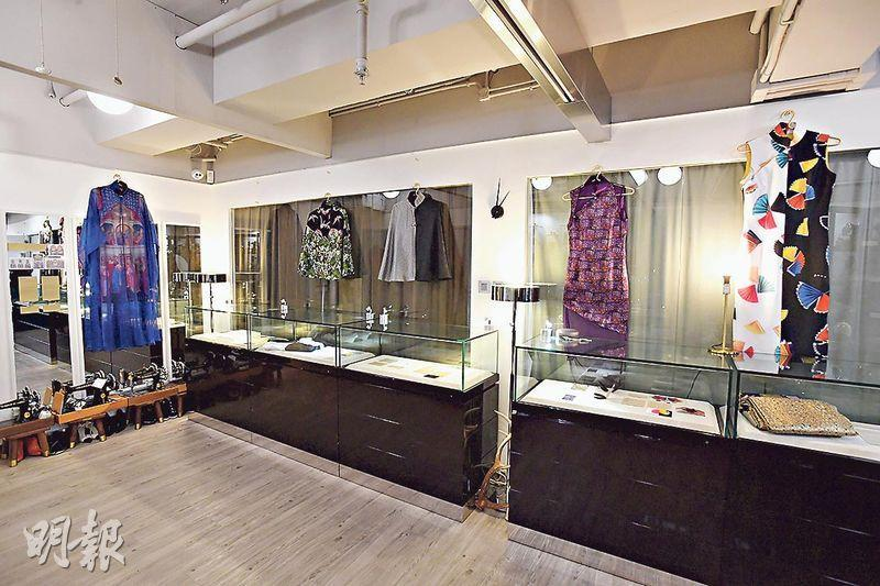長衫展覽——去年十二月,林麗娜舉辦了「藝術時間軸暨長衫與工藝展覽」。整個展覽的主題,是以旗袍為框架,注入如早期基督教藝術、水彩、江戶時代的日本藝術、抽象表現主義等不同時代的藝術特色。在人工智能漸趨成熟的時代,林麗娜希望透過是次展覽推廣傳統工藝,宣揚文化藝術之美及旗袍工藝的可能性及多面向,為後輩開拓AI難以取代的發展空間。(楊柏賢攝)