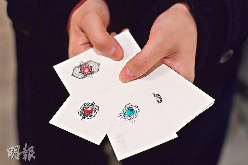 敏銳度高——十多歲開始接觸珠寶設計的林麗娜,對於鑑定寶石色澤的敏銳度甚高,這天分有利於其珠寶以至旗袍的設計。由於過往認識了不少猶太裔、印度及日本珠寶商,故她能以當地人的相宜價錢取得猶太鑽石,印度寶石及日本珍珠。圖中卡片上的紅色寶石設計圖是林麗娜的手稿。(楊柏賢攝)
