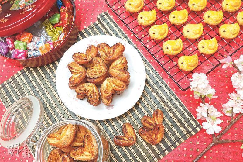 一口小吃——以一口分量設計的焦糖鹹蛋黃蝴蝶酥(左)及腰果曲奇(右),各具特色,賣相精緻吸引。在家奉客或拜年送禮都夠體面。(劉毓霖攝)