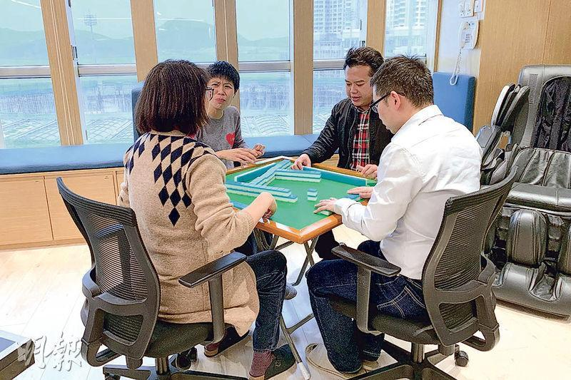 新達化工辦公室設有一張麻將枱,Terry說,員工多於午飯時玩半小時,然後又會自律收拾,繼續工作。(黃心悅攝)