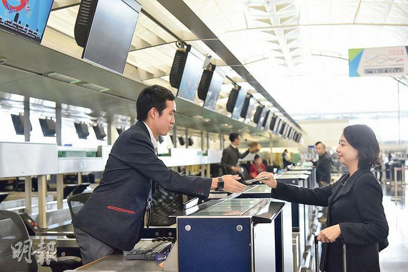 李俊曦(左)係航空業職學計劃學員之一,平日喺機場客運大樓兼任客運服務員,又要每星期到香港專業教育學院青衣校舍返學。(政府新聞網)