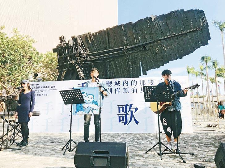 Untitled Document的歌曲對象是藍曬師傅夏敬業。在社區預演的現場,他們更帶同自製畫作到場講故事。(「一個人一首歌」提供)
