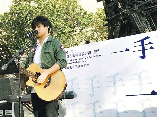 周耀輝(左)、馮穎琪(右)策劃的社企「一個人一首歌」,已經開始了第三個項目「一手歌:聽城內的那雙手」。(「一個人一首歌」提供)