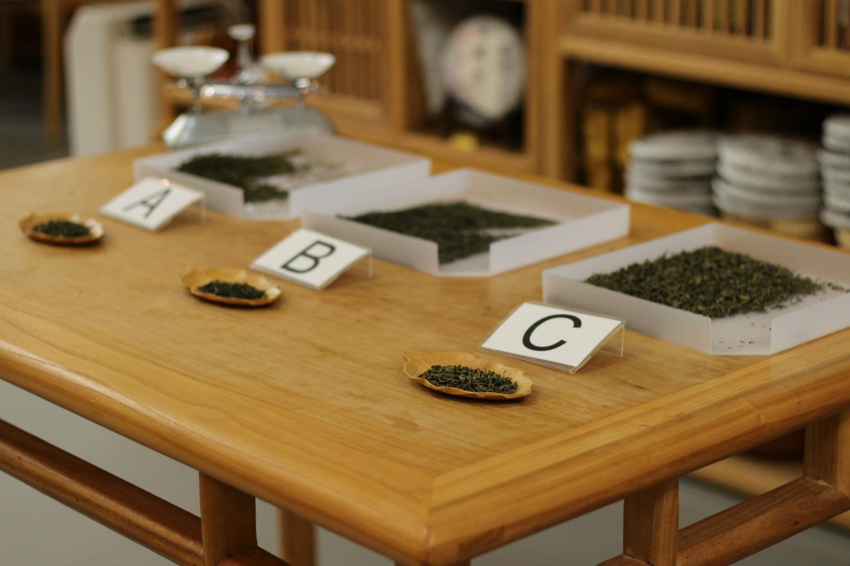 評茶過程:先從各種茶葉取3克樣本。