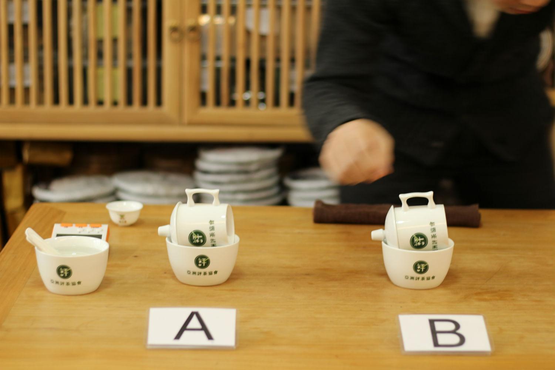 評茶過程:將評茶杯橫置,使茶湯從缺口流出。