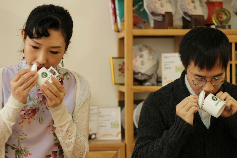 評茶過程:趁熱聞茶葉的香氣,以判斷茶葉有沒有異味或雜味。