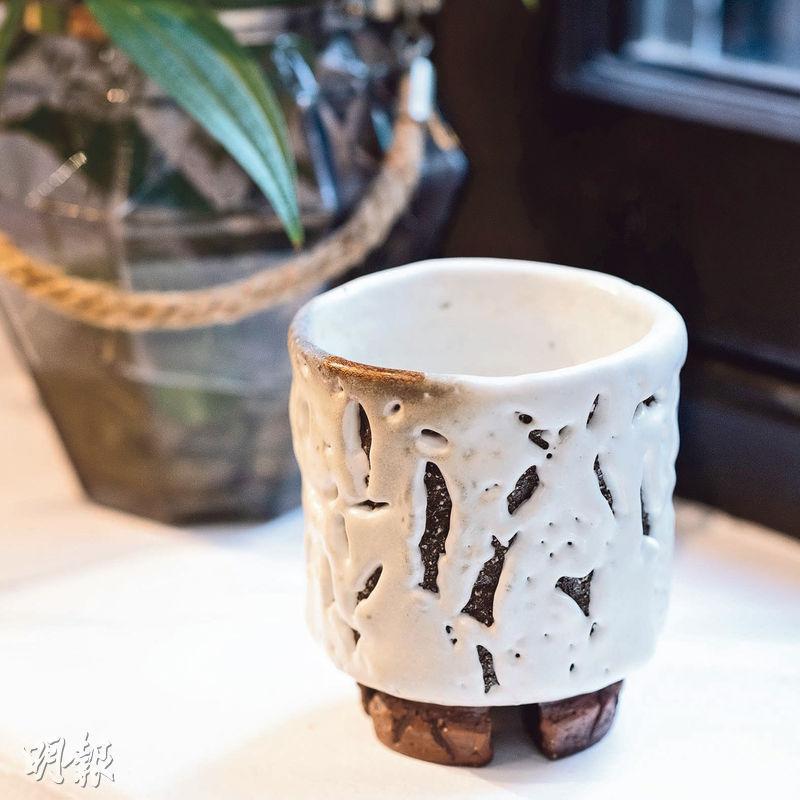 朋友相贈——Enders說很喜歡這隻日月星辰相伴的喝水杯子,是一個燒窰的朋友相贈,他不好意思挑貴的,就選了有缺陷美的。(蘇智鑫攝)