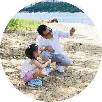 相伴相隨——茶具文物館為Enders拍短片講解《呼繼》創作經過,片中他把女兒帶到海灘撿貝殼,鼓勵大家保持常懷初心的美。(受訪者提供)