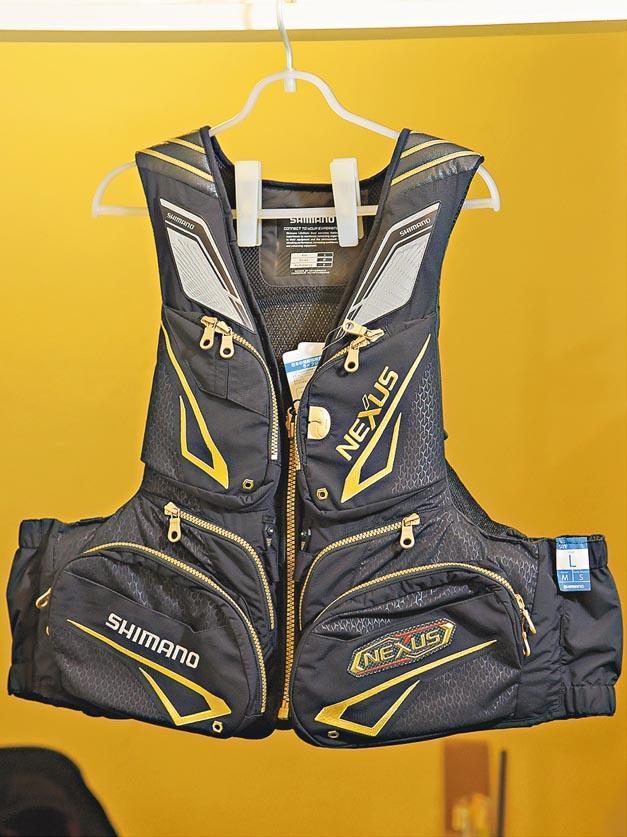 救生衣可提高墮海後的生還機會,這款約售數百至1000元。(黃志東攝)
